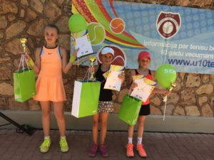 Few medals in tennis festival